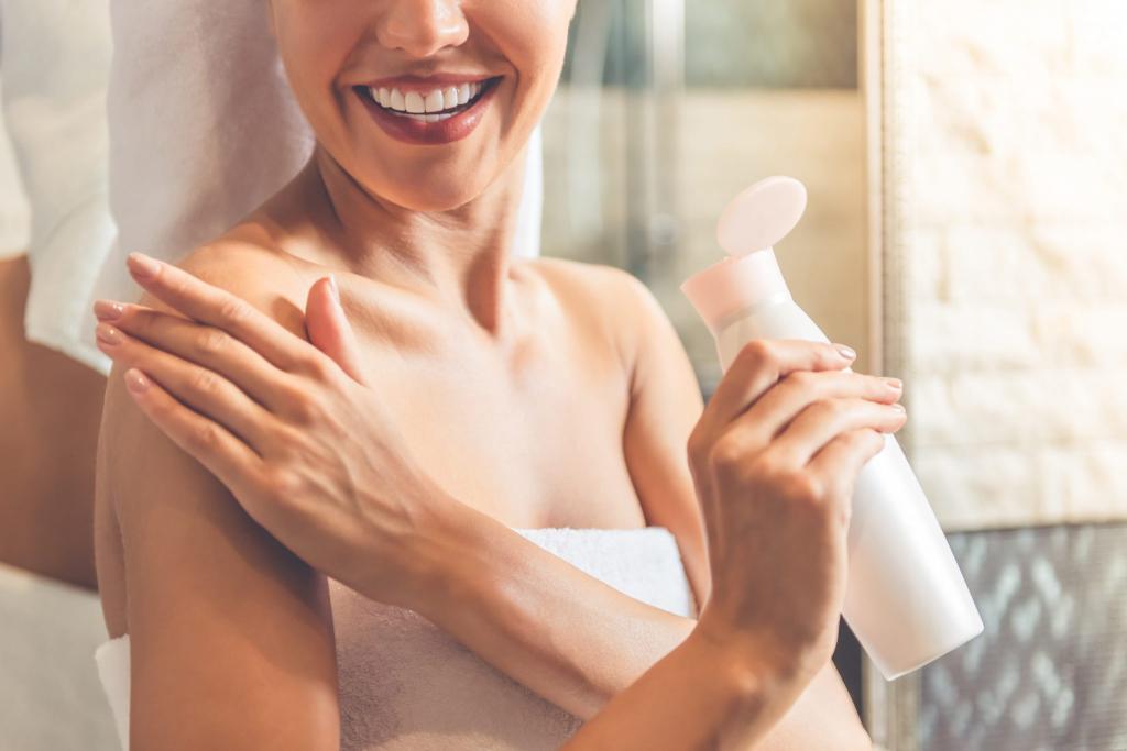 Після душу і ванни шкіру дуже важливо зволожувати! – розглянемо ефективні засоби