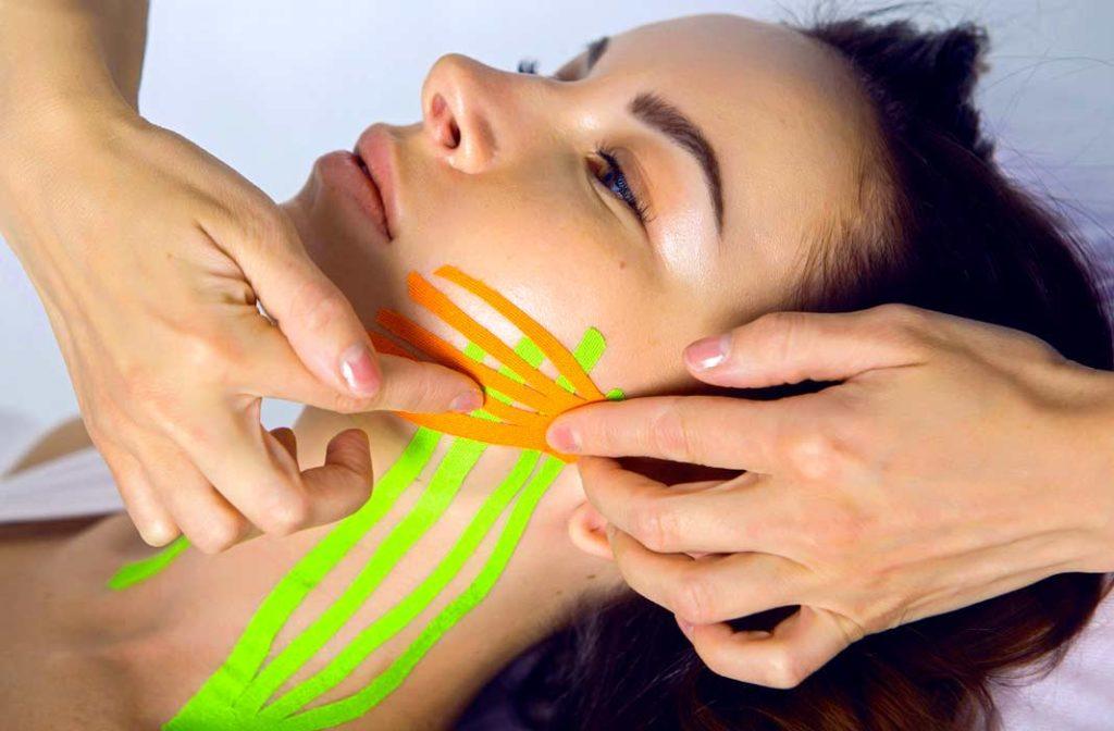 Тейпування або тейпи – як правильно використовувати не нашкодивши шкірі обличчя?